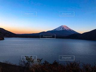 富士山と本栖湖の写真・画像素材[1026378]