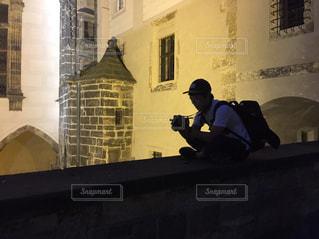 建物の上に座っている男の写真・画像素材[1026868]