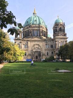 ベルリン大聖堂の前に大規模なグリーン フィールドの写真・画像素材[1026890]