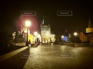 プラハの橋の上からの夜景の写真・画像素材[1026924]