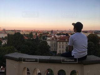 プラハの夕陽を眺める僕 - No.1029848