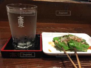 日本酒と獅子唐の写真・画像素材[1026678]