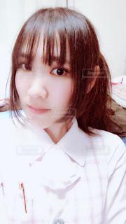 白いシャツを着ている人の写真・画像素材[1054531]