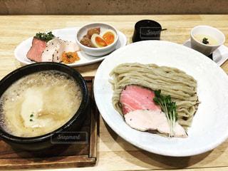 つけ麺と贅沢なトッピングの写真・画像素材[1026715]