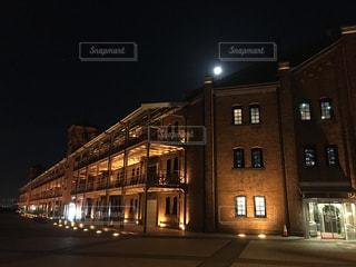 横浜 赤レンガ倉庫と月の写真・画像素材[1037741]