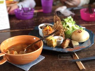 テーブルの上に食べ物のボウル - No.1029124