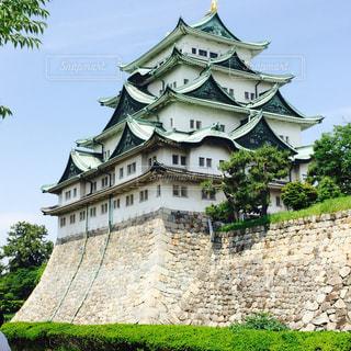 ビルを背景に、名古屋城と大きな石の写真・画像素材[1032003]