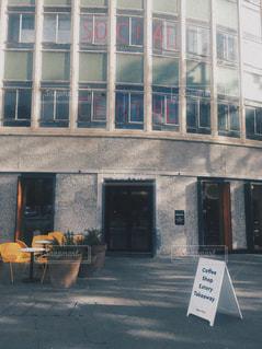 建物の前に記号の写真・画像素材[1040112]