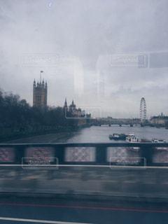 水の体の上を橋を渡る列車の写真・画像素材[1040113]