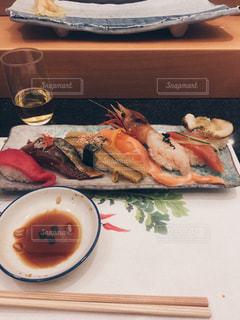 テーブルの上に食べ物のプレートの写真・画像素材[1047526]