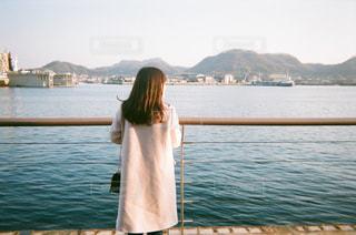 瀬戸内海を眺める美人の写真・画像素材[1027719]
