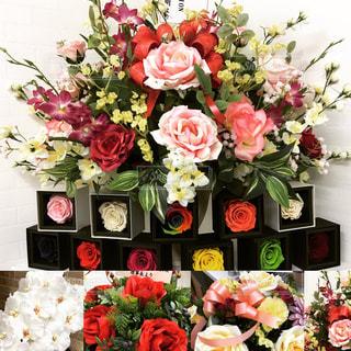テーブルの上の花の花束の写真・画像素材[1027879]