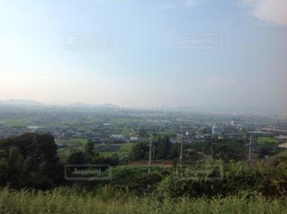 背景の山に大規模なグリーン フィールドの写真・画像素材[1031098]