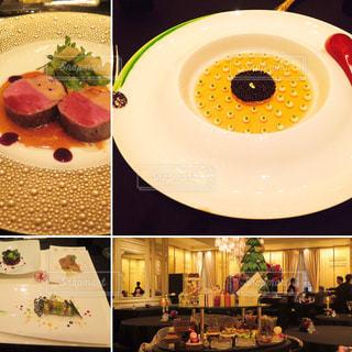 テーブルの上に食べ物のプレートの写真・画像素材[1028068]