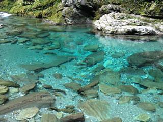 岩の横にある水します。の写真・画像素材[1029841]