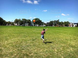 フィールドでサッカー少年の写真・画像素材[1029641]