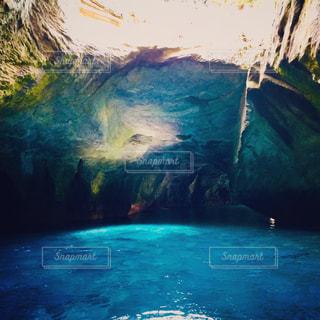 水の体の上の大きな滝の写真・画像素材[1028198]