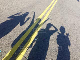 道路に映った影の写真・画像素材[1028673]