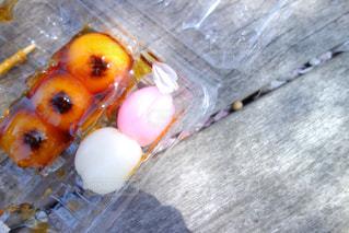 バナナとオレンジのテーブルの上の写真・画像素材[1113715]
