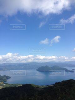 背景の山と水体の写真・画像素材[1028763]