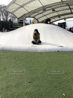 近くの草に傘カバー フィールドの写真・画像素材[1028808]