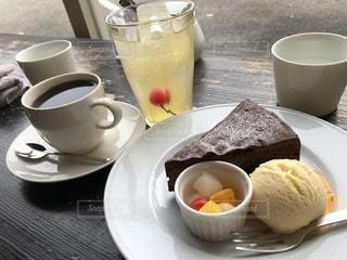 食品とコーヒーのカップのプレートの写真・画像素材[1032696]