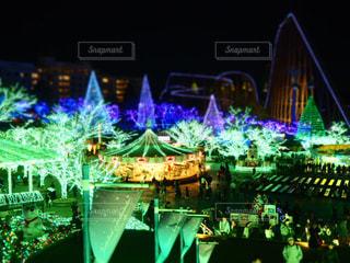 夜のライトアップされた街の写真・画像素材[1701019]