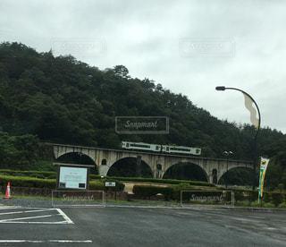 めがね橋を通る列車の写真・画像素材[1030074]