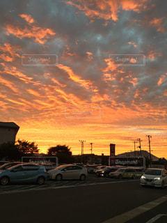 日没の前に停まっている車の写真・画像素材[1030085]