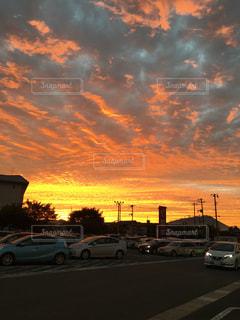 日没の前に停まっている車の写真・画像素材[1030086]