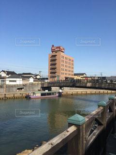 最上川に架かる橋と浮かぶ屋形船の写真・画像素材[1098742]