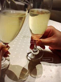 ワインのグラスを持っている手の写真・画像素材[1029096]