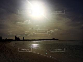 水の体に沈む夕日の写真・画像素材[1029100]