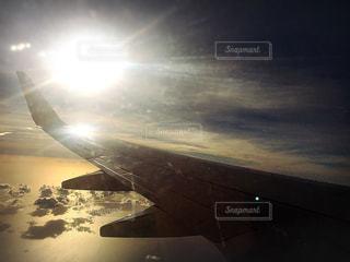 飛んでいる飛行機の写真・画像素材[1029547]