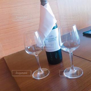 ボトル ・ ワインのグラスの写真・画像素材[1030732]