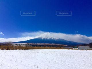 近く雪に覆われたフィールドの写真・画像素材[1029175]
