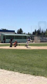 フランスの青空と芝生のフィールドで野球の写真・画像素材[1029232]
