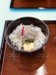皿の上に食べ物のボウルの写真・画像素材[3360687]