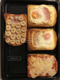 グリルの上に食べ物のトレイの写真・画像素材[1029631]