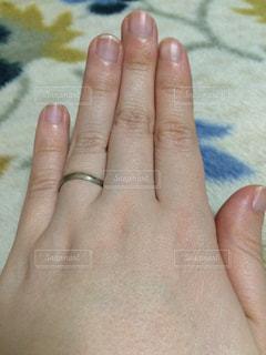 指輪をしてる女性の手の写真・画像素材[1029722]