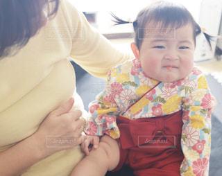 苦そうな顔をする女の子の写真・画像素材[1035112]