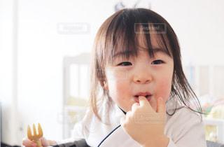 ご飯を食べてる男の子の写真・画像素材[1035113]