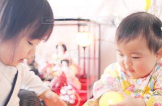 ひな人形と子どもたちの写真・画像素材[1035116]