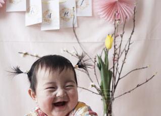 花を保持している小さな女の子の写真・画像素材[1035117]