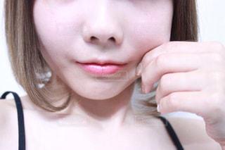 頬を引っ張る女性の写真・画像素材[1207177]