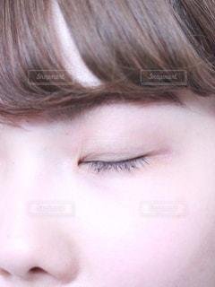 目を閉じる女性の写真・画像素材[1207178]