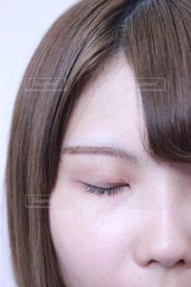 目を閉じる女性の写真・画像素材[1207179]