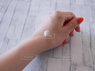クリームを塗る前(腕)の写真・画像素材[1213966]