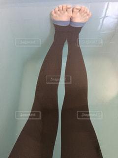 入浴ダイエットを試す女性の足(圧縮ソックス)の写真・画像素材[1224253]