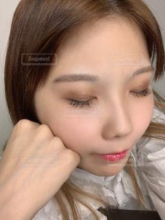 目を閉じる女性の写真・画像素材[2986839]
